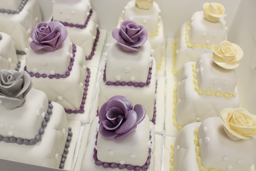 mini wedding cakes delivered 100 mini wedding cakes marathon oakleafcakes 17424